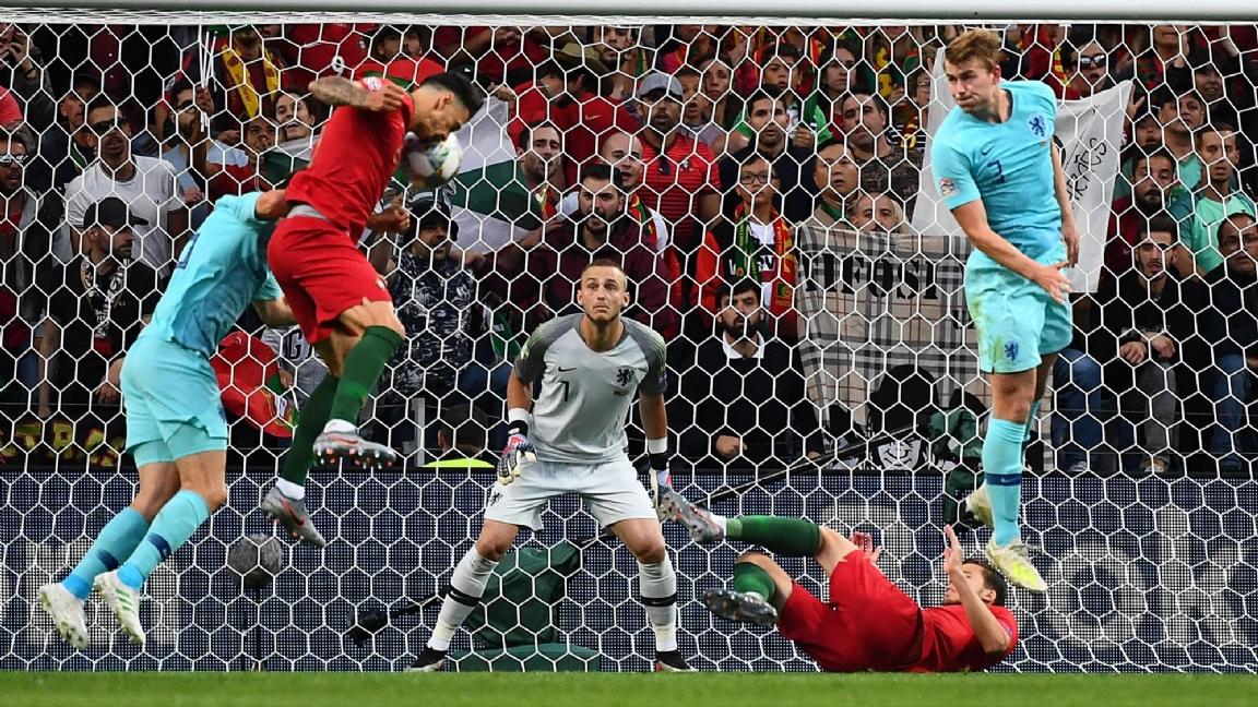 d262655ba68 Jasper Cillessen reageerde zondagavond als door een adder gebeten toen hij  werd geconfronteerd met het winnende doelpunt van Portugal in de finale van  de ...