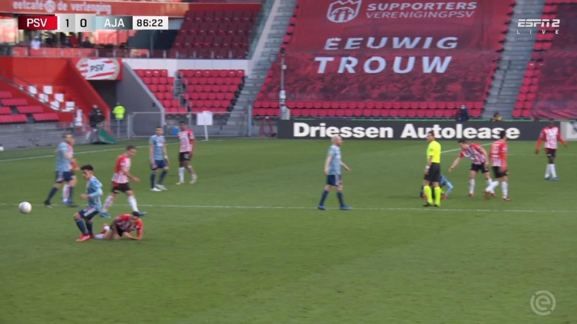 Ajax ontsnapt aan '100%' rode kaart: 'Hij speelt de vermoorde onschuld' - Voetbalzone.nl
