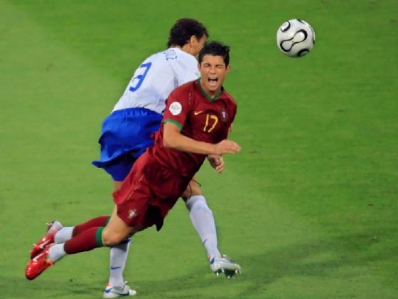 Boulahrouz lesiona Cristiano Ronaldo - YouTube