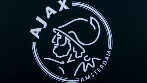 ajax presenteert nieuw thuisshirt met verwijzing naar ek 88